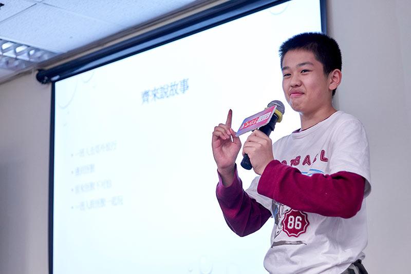 江澄細心向小作家講解寫小說的技巧。